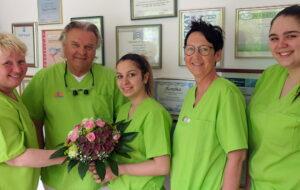 Ueberreichen des Blumenstrauss und Gratulation zur bestandenen Abschlusspruefung